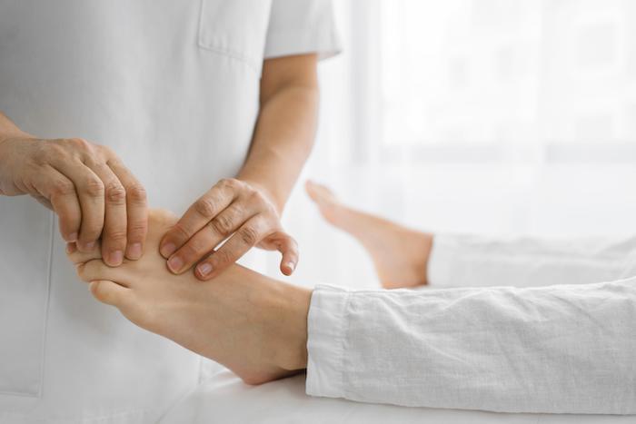 Movilización de las articulaciones en zonas afectadas como dedos de los pies o manos.